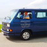 Tischlermeister Stephan Brasch von Möbelwerkstatt Lorenz an der Nordsee mit seinem blauen VW-Bus