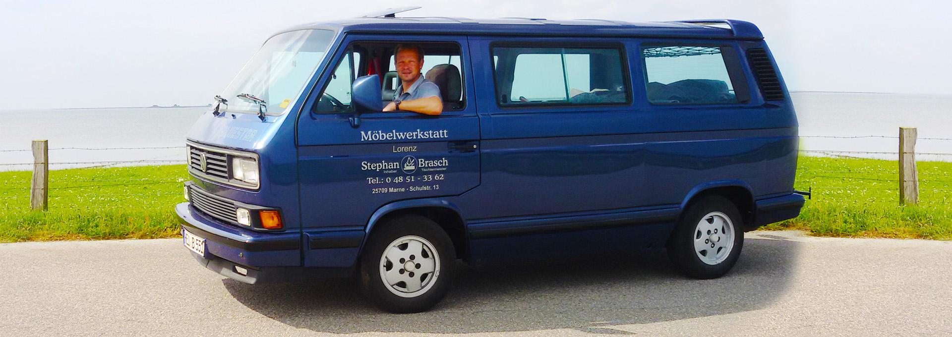 Tischlermeister Stephan Brasch aus der Möbelwerkstatt Lorenz in Marne in seinem VW Bus
